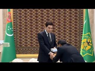 Президент наградил медалями чиновников и получил золотые статуи