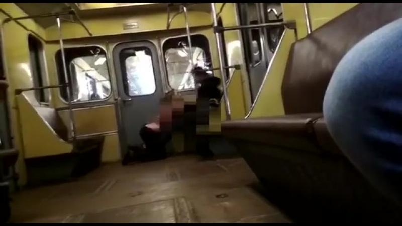 Парочка не удержалась в метро.
