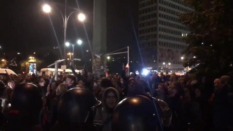 Manifestation anti AFD à Berlin sur lAlexanderplatz, visiblement les hispters berlinois ne supportent pas la démocratie