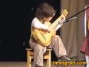 Очень юный гитарист чихнул во время игры и не сбился