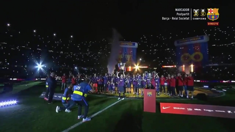 Иньеста поднимает трофей Ла Лиги