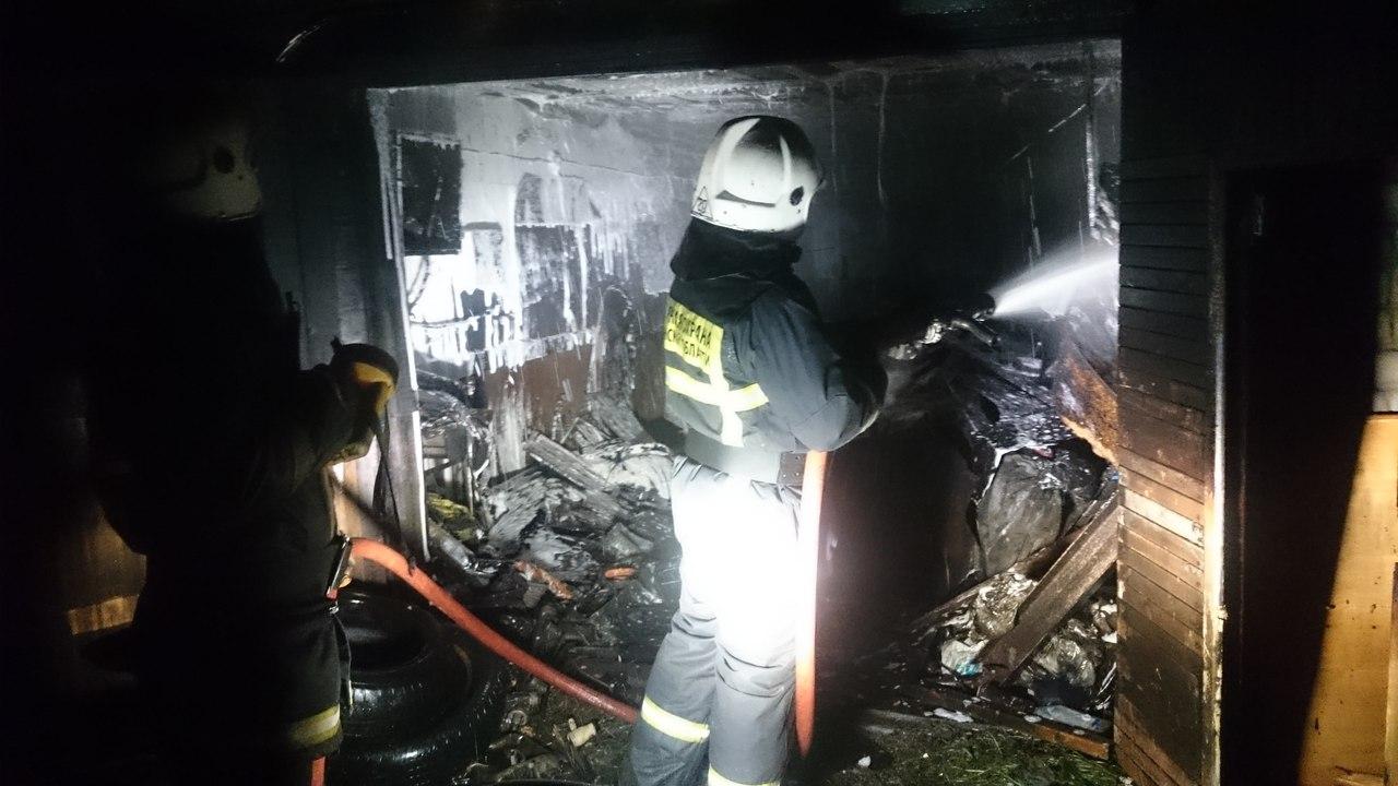 Крупный пожар: в карьере под Колой сгорели 11 гаражей