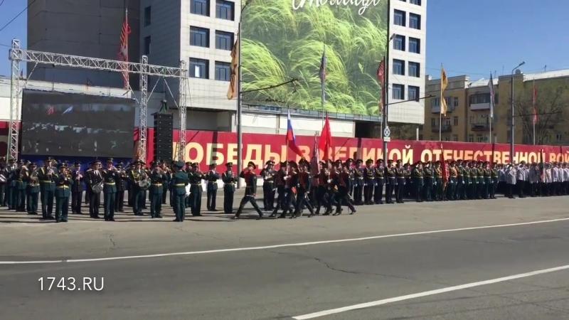 Знамя Победы и Российский флаг