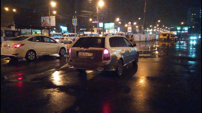 Таксисты продолжают стоять на пешехоной зоне у выхода из метро Новогиреево VID 20180418 234130