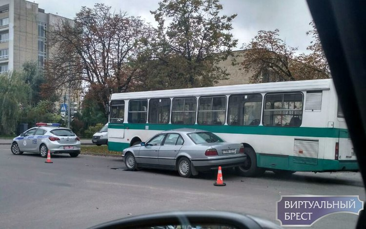 "На перекрёстке бульвар - Мицкевича автомобиль БМВ ""притёрся"" к автобусу"