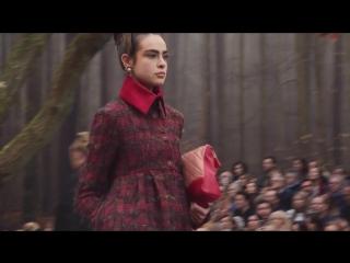 Лес, придуманный Карлом Лагерфельдом, задает тон осенне-зимнему шоу 2018/19 в Гранд-Пале