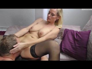 Секс зрелой брюнетки с девственником