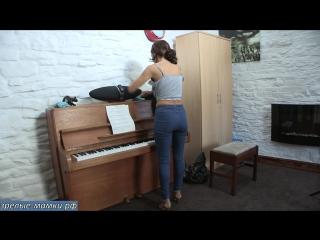 Жена в новых джинсах убирается в квартире демонтирую свою обтягивающую зрелую попку