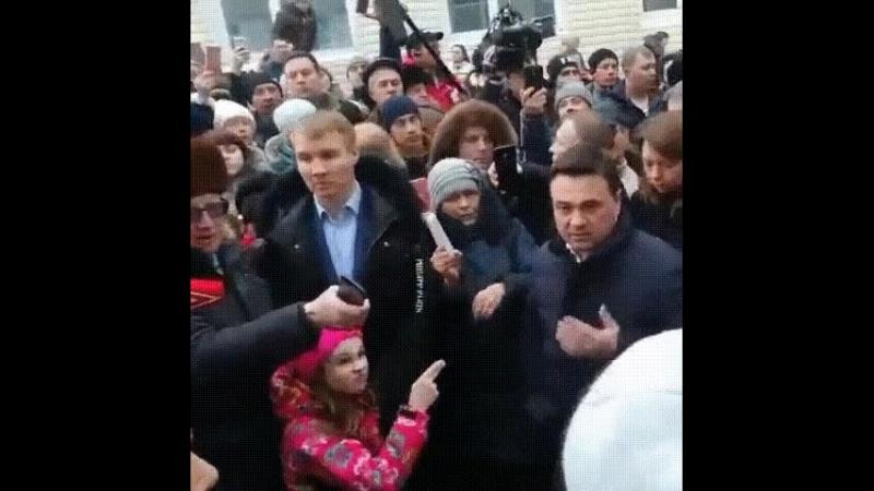 Девочка в розовом, показавшая «кранты» губернатору Подмосковья, стала главным героем митинга в Волоколамске
