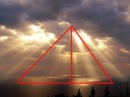 Солнце над облаками. Точка сборки лучей доказывает это? Свет не может загибаться?