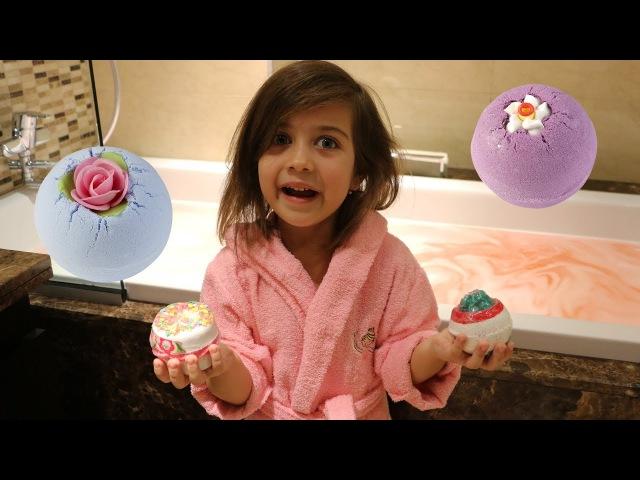 Эмилюша готовит Ванну с Бурлящими солевыми Бомбочками Купает свои игрушки в ван...