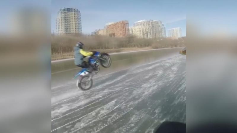 На мотоциклах по замёрзшей реке