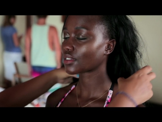 Симпатичная негритянка в купальнике
