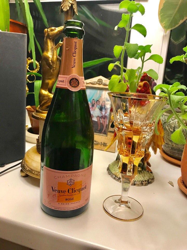 ?— Девушка, у Вас есть шампанское «Мадам Клико»? — Нет. — Тогда водки ??