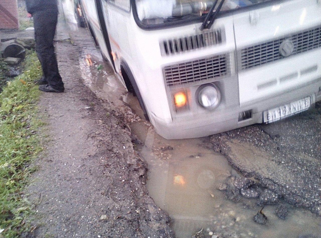 Очевидец: «В Советске автобус с пассажирами провалился в яму на дороге»