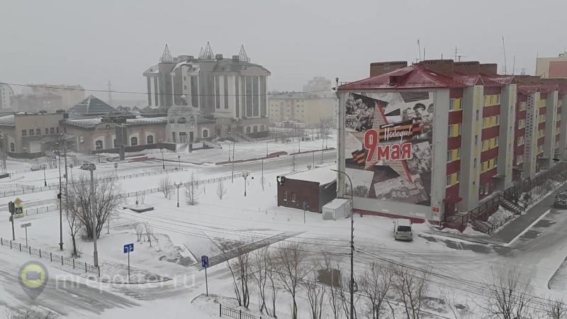 Перезимовали зиму, перезимуем и лето: российские регионы замело снегом