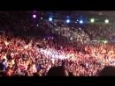 Толпа ирландских фанатов поют песню Zombie на выходе в актагон Айслинг Дэли на UFC Dublin