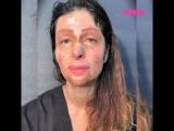 Девушка с трудом сдерживает эмоции, глядя на себя в зеркало с макияжем