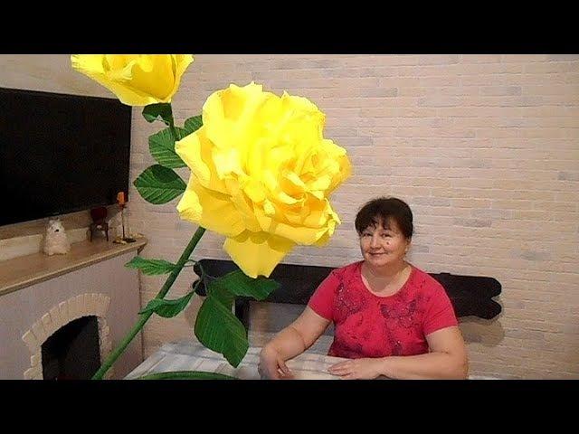Большая роза из гофрированной бумаги с бутонами на подставке