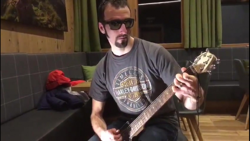 Жан Гийом Беатрикс играет на гитаре (Хохфильцен 2017)