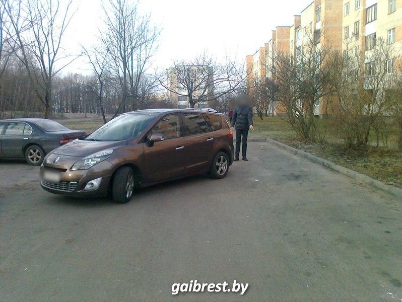 Двигаясь задним ходом по проезду, водитель на автомобиле сбил пожилую женщину