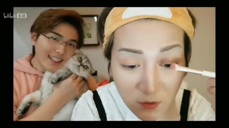 Live 18-02-2018 Баоцзы в очках с котом на фоне Ханы