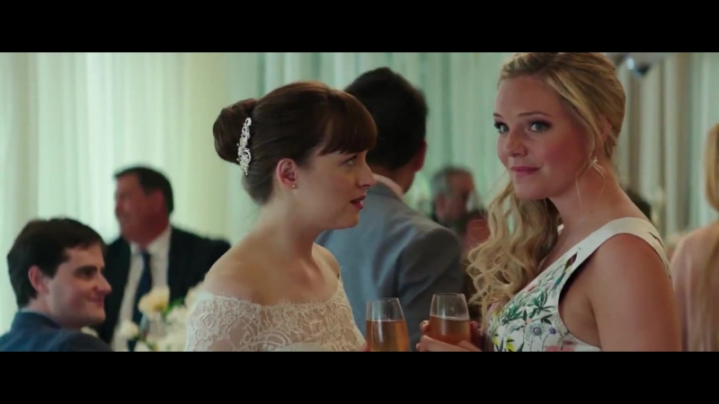 Вырезанная сцена из фильма Пятьдесят оттенков свободы Ана и Кэтрин видят Эллиота и Джиа на свадьбе