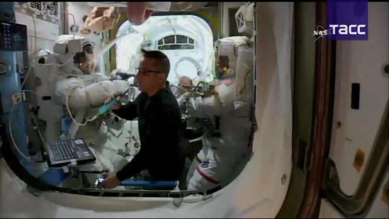 Астронавты МКС выходят в открытый космос