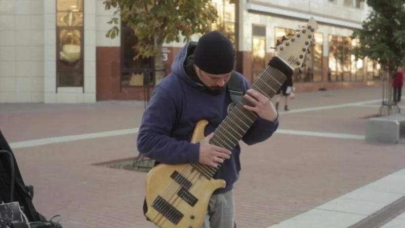 Гитарист-импровизатор удивил брянцев 12-струнным басом, который может заменить о
