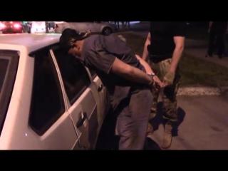 Сотрудники ФСБ Саратова задерживают мошенника. Оперативная съемка