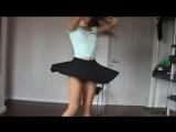 Молоденькая девочка танцует тверк