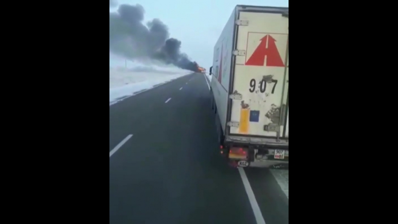Видео из Казахстана, где в аварии с автобусом сгорели 52 человека