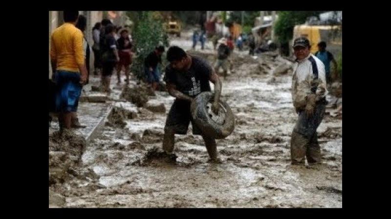 В Индонезии бушует ужасный циклон наводнение, оползень.In Indonesia, a powerful cyclone is raging.