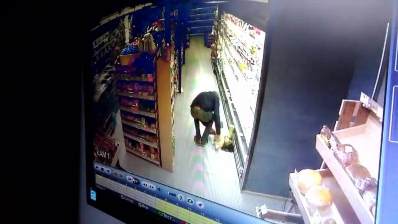 Чоловік впустив дитину на підлогу у супермаркеті