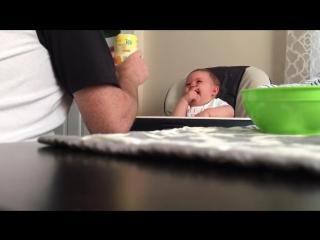 Позитивный малыш заразительно смеется