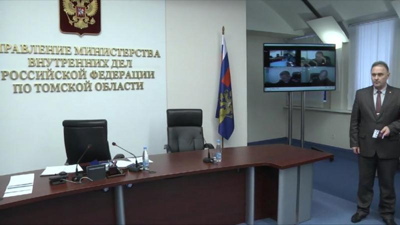 Начальник УМВД России по Томской области вручил специальные звания молодым офицерам