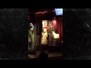 Эван Питерс и Эмма Робертс поют в караоке, День Благодарения, 2017