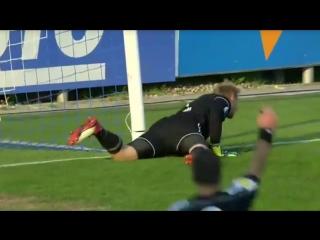 Чешский вратарь Зденек Зламал спиной сломал штангу во время матча