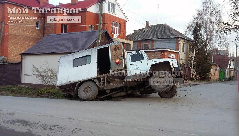 В Таганроге «ГАЗон» «Водоканала» угодил в яму и перевернулся на бок