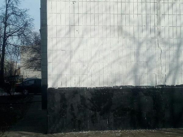 Фасад дома на Новгородской очистили от вандальных рисунков
