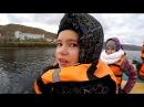 Дети катаются на катамаране Большой Рика под мотором Ямаха, 22 10 17