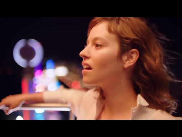 Givenchy — Live Irresistible Blossom Crush (2018) напоминает удивительный цветочный букет. Изобилие нежных свежих лепестков сочетается с неожиданной нотой Какао бобов, которая окрашивает аромат в горьковато-сладкий оттенок. Утонченность переходит в смело