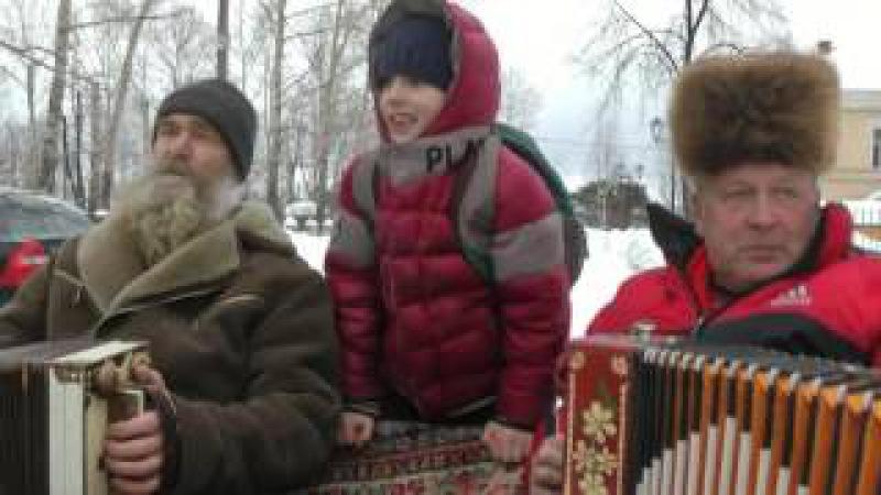 С гармонью по Вельску Николай Попов и Александр Келарев