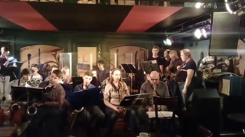 Оркестр в Харди гарди.