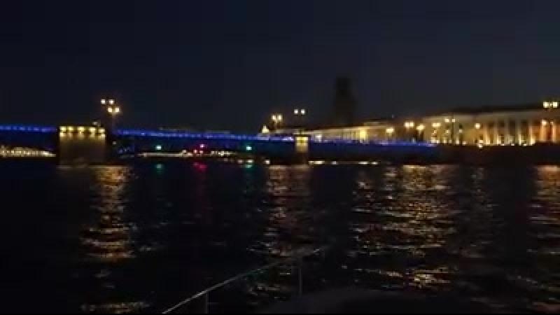 Ночная прогулка по Неве в компании Джеймса Нортона