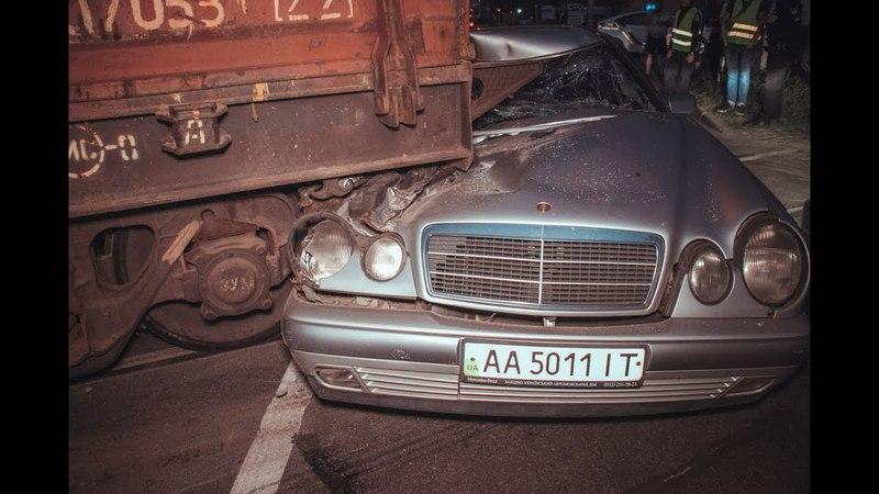 В Киеве на Бориспольской Mercedes влетел под платформу с танком пострадал мужчина