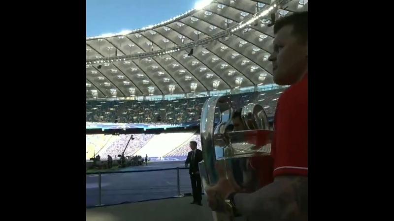 Йон-Арне Риисе с кубком Лиги чемпионов
