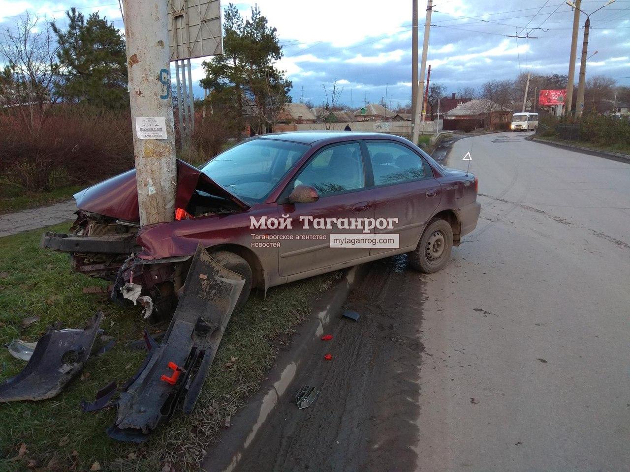 В Таганроге автомобиль «Киа» на большой скорости врезался в столб