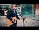 Уличный гитарист красиво поет