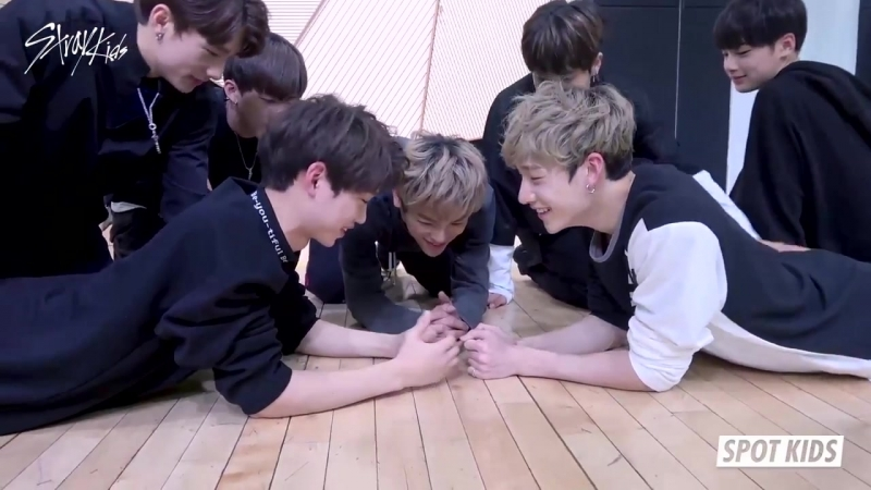 [SPOT KIDS] Chan and Felixs exciting arm wrestling match! Are the results as expected 171123 » Freewka.com - Смотреть онлайн в хорощем качестве